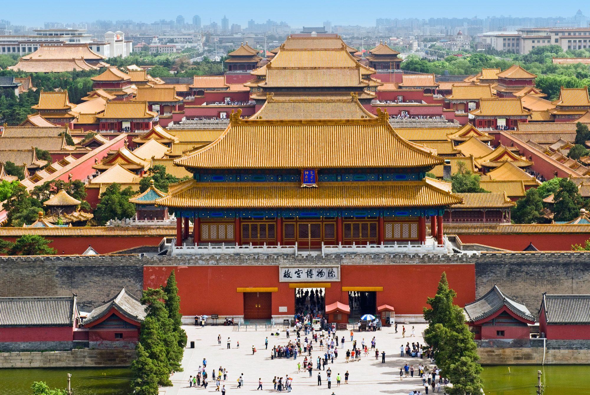 Ciudad prohibida (China).  Fue el palacio imperial de China desde la Dinastía Ming hasta la Quing. Se encuentra en el centro de Pekín, y, durante muchos años, fue residencia del emperador de China así como centro ceremonial y político del gobierno chino. Data del siglo XV y está contenida por 980 edificios. La UNESCO la nombró Patrimonio de la Humanidad en 1987 por considerarla como la mayor exposición de figuras d madera que se conserva en el mundo.