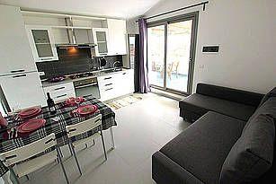 Casa Pippo: Ferienwohnung in Marzamemi/San Lorenzo - Die moderne Wohn-/Essküche verfügt über Klimaanlage und eine Schlafcouch. - http://www.sicilia-ferien.de/