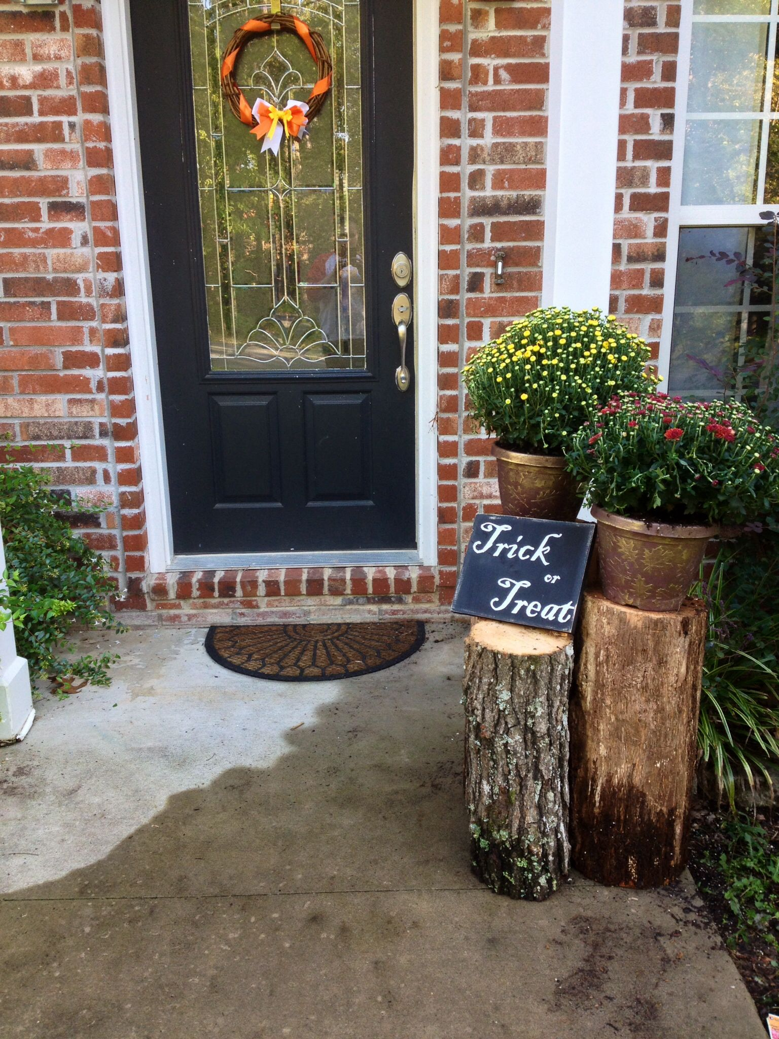 Fall front door decor cheap Two $4 mums, logs from the back yard - front yard halloween decorations