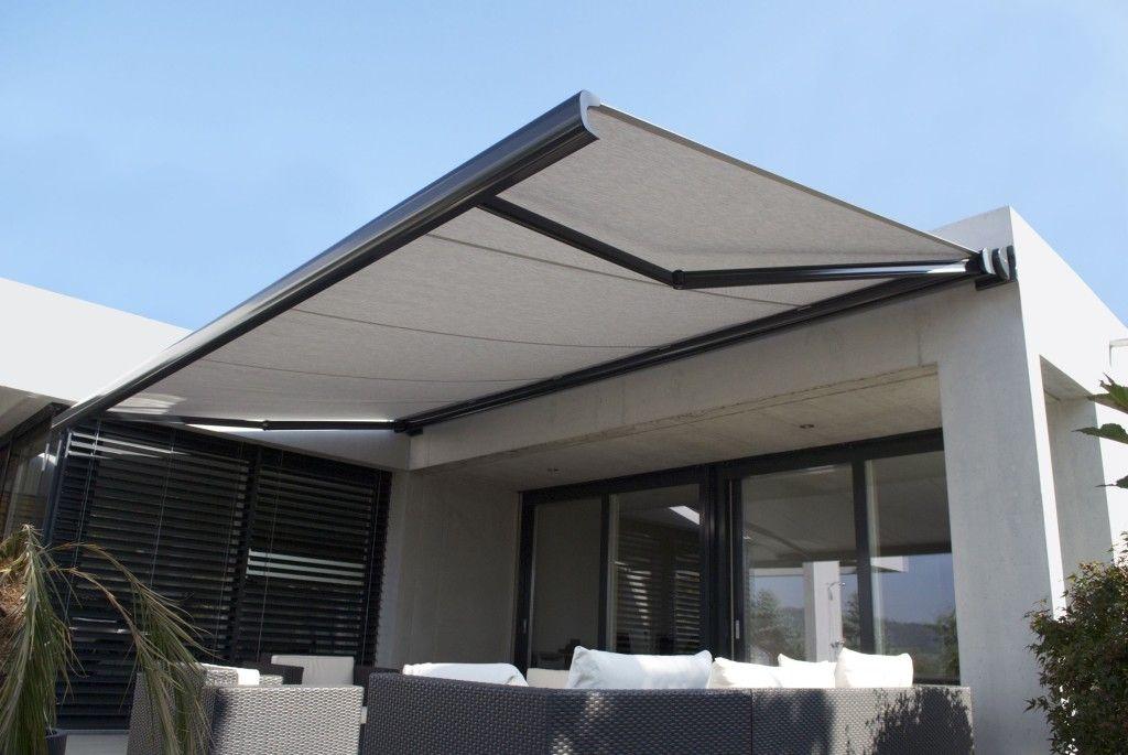 Quando si deve scegliere una copertura solare per la propria attività o abitazione, non si pensa quasi mai agli infiniti benefici che una semplice tenda può comportare all'ambiente abitativo.