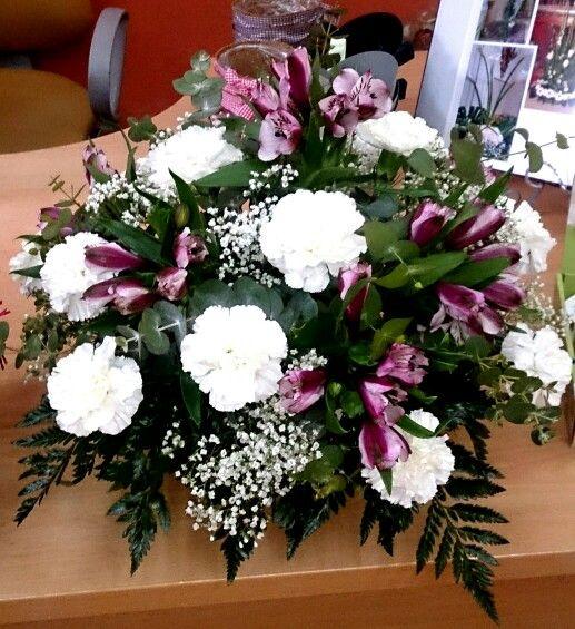 Centro con claveles blancos y astromelias arreglos for Plantas decorativas artificiales bogota