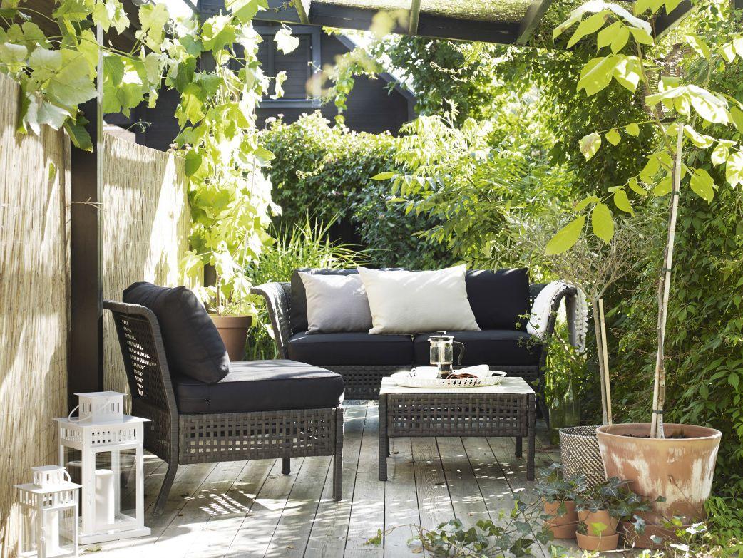 petite terrasse meubl e avec une table basse un canap 2 places et un fauteuil le tout en. Black Bedroom Furniture Sets. Home Design Ideas