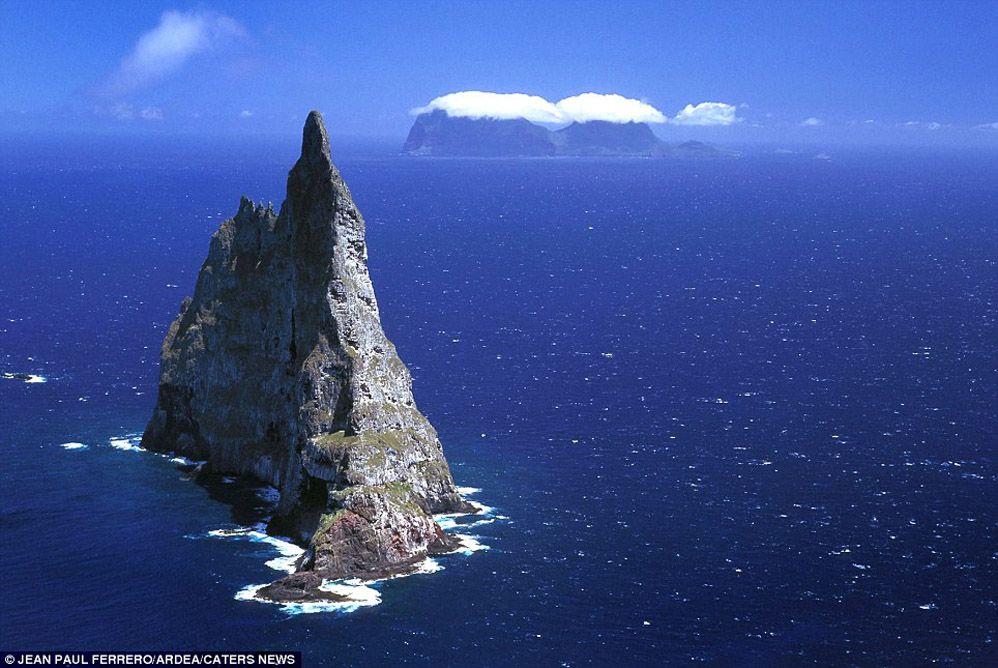 Pirámide de las bolas, ubicada en Lord Howe Island, Australia. El mundo de pila más alta del mar, a 562 metros formados a través de procesos de geomorfología costera, que son totalmente naturales. El tiempo, el viento y el agua son los únicos factores que intervienen. Foto: Dailymail