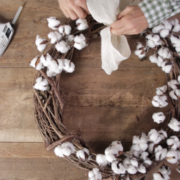 How to Make Your Own Cotton Wreath for Less Than $20, Add modern farmhouse style to your fall front door with a homemade cotton wreath. #cottonwreath #holidaydecor...,  #cotton #sommerdeko #Wreath