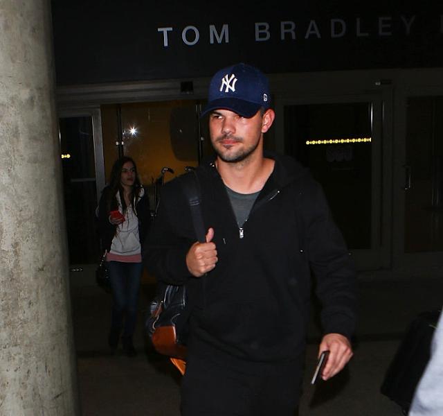 Taylor Lautner Mania - Absolutamente TUDO sobre Taylor Lautner!: Novíssimas fotos de Taylor Lautner chegando ao aer...