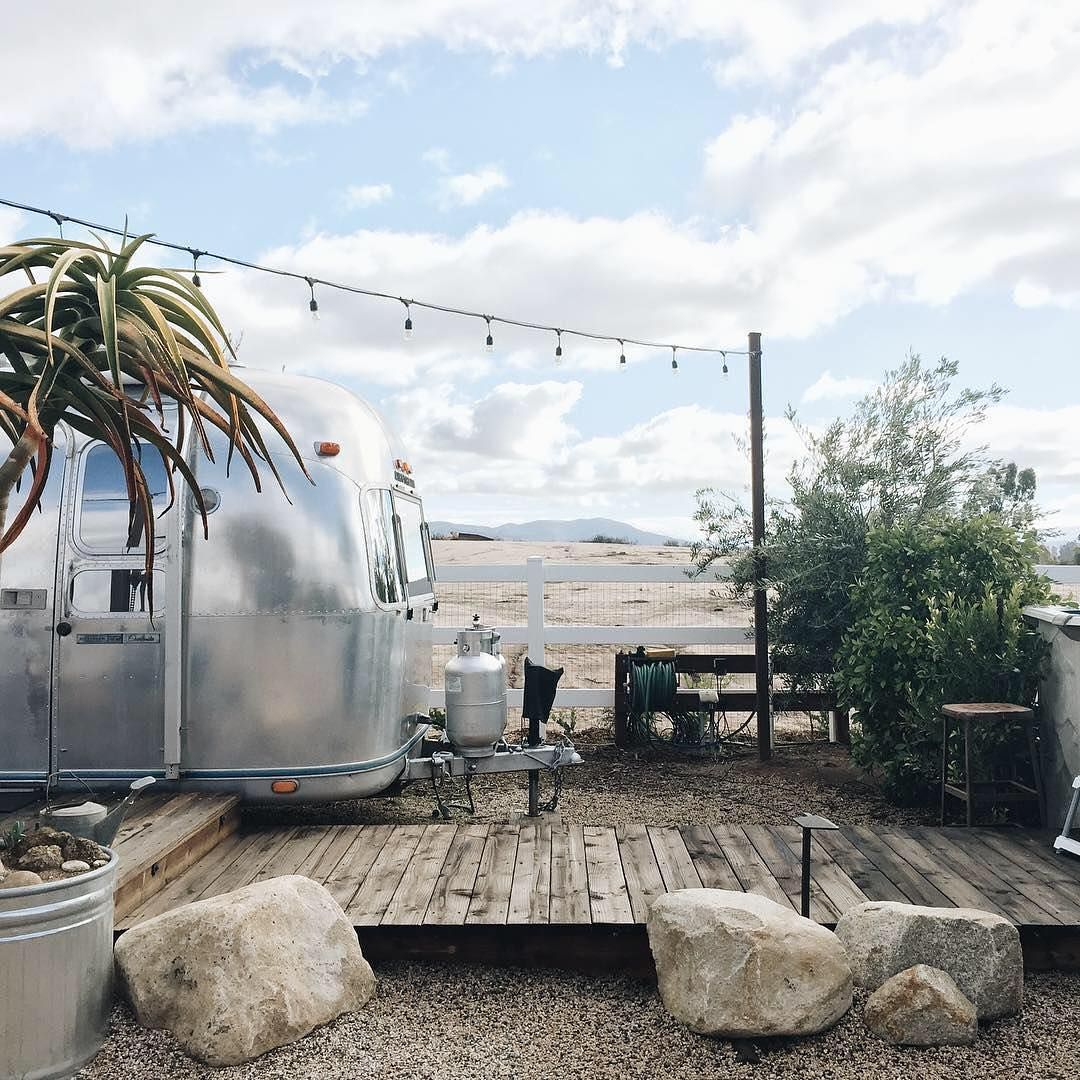 If you were a 1974 Airstream trailer, where would you want to spend your retirement years? A Temecula Valley hilltop with a private deck and a 360-degree view has to be pretty high on the list. Your guests would be happy, too, since they'd be able to walk to seven wineries, including Maurice Car'rie, which serves up freshly baked, brie-infused sourdough alongside some refreshing summertime whites. ⠀⠀⠀⠀⠀⠀⠀ Photo: @iamninat