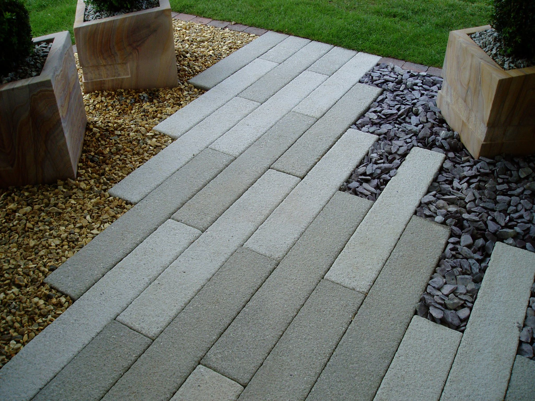 Elegant Paver Stones With Cedar Bark On One Side And River Rock On The Other. You  Could Also Do White River Rock On One Side And Dark Gray Rock On The Other.