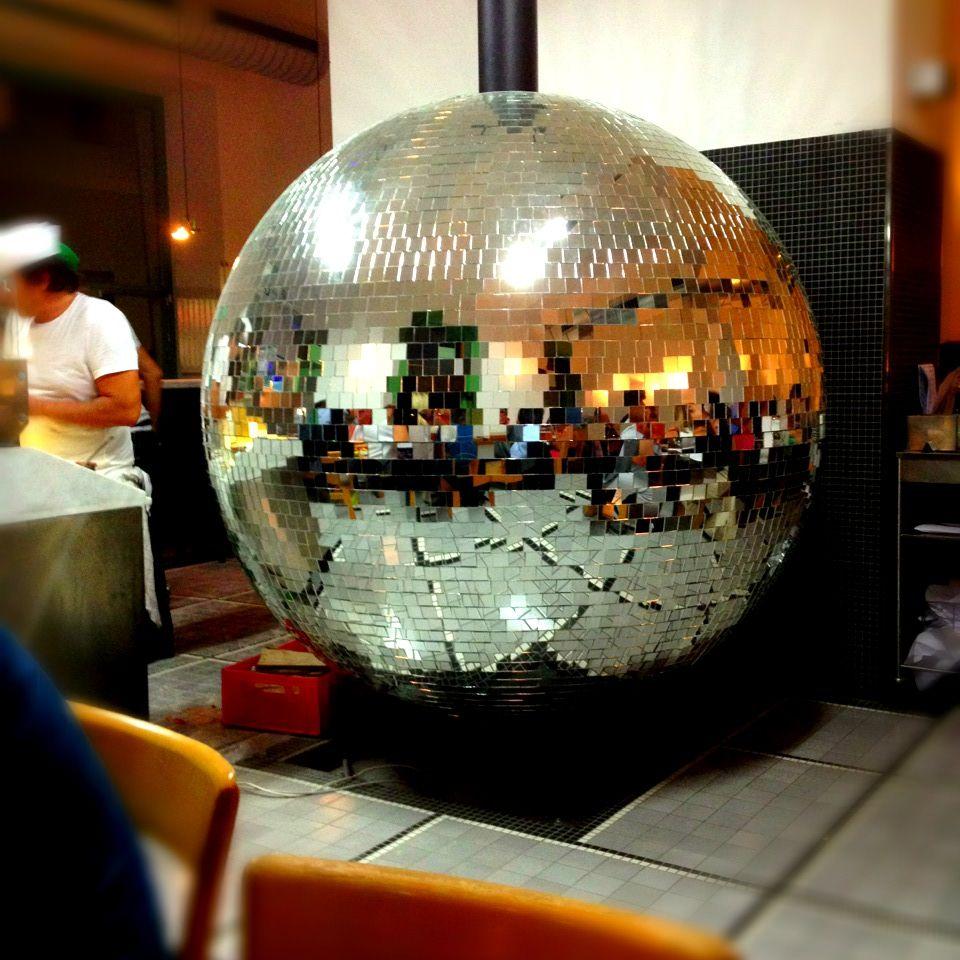 Disco Volante a Vienna... Dove offrono pizza con salsiccia