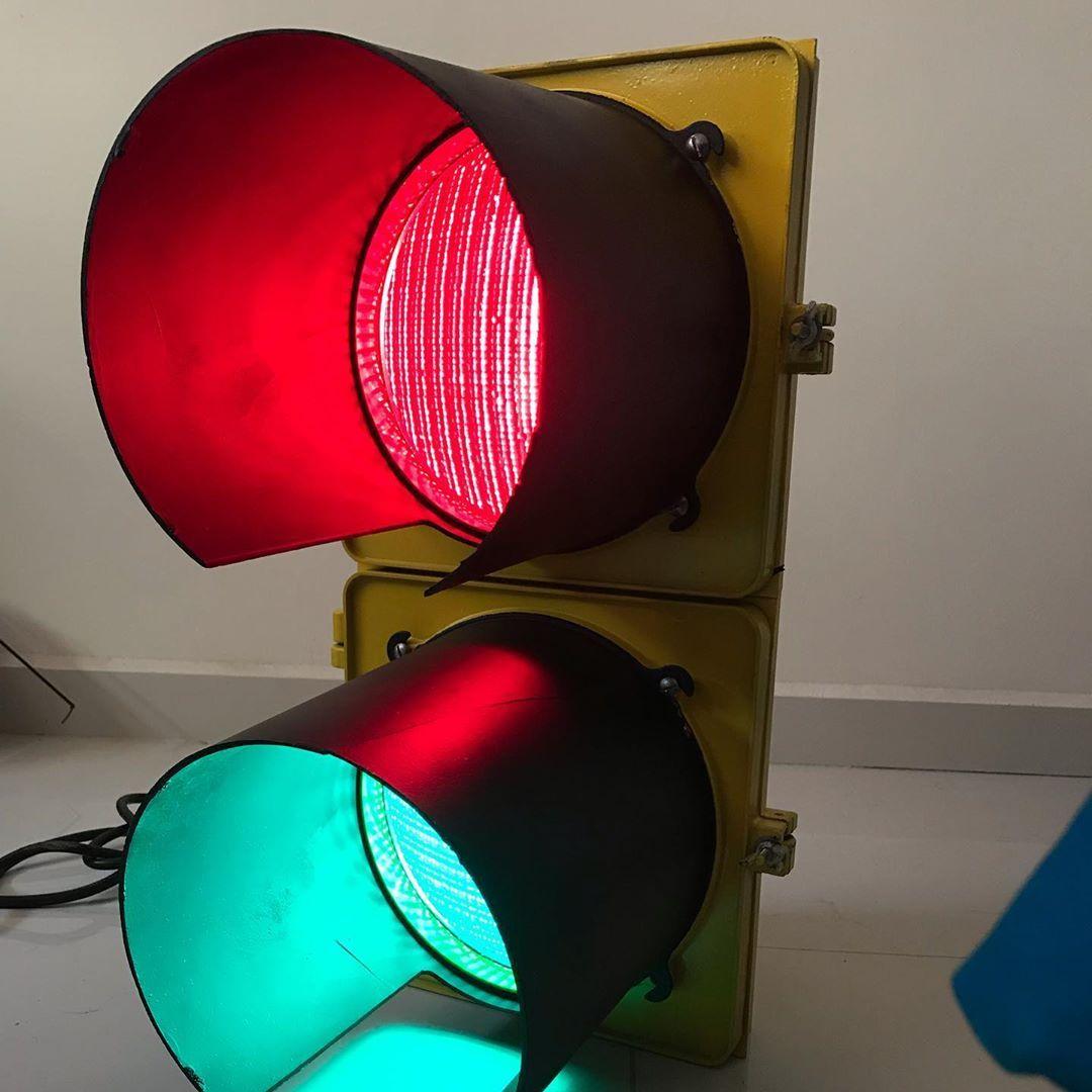 Les Comparto Mi Primera Adquisicion De Este Tipo Es Un Semaforo Amarillo De 2 Secciones Tipo Aduana Con Una Luz Verde Y Otra Roja C Traffic Light Lamp Light