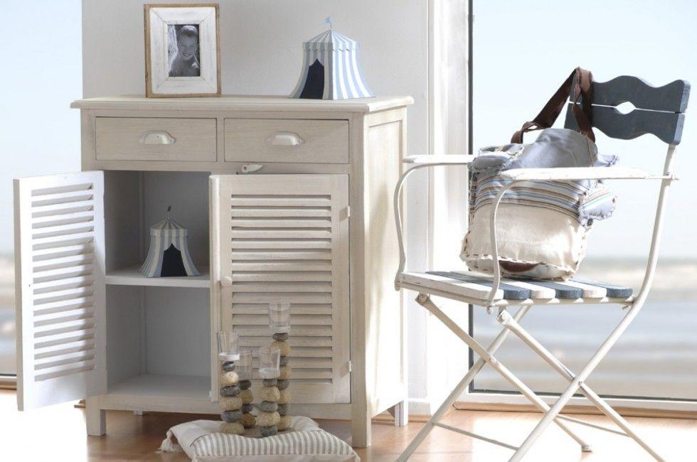 deco style bord de mer avec une chaise blanche style bord de mer et un petit meuble 2 portes en bois blanchi a decouvrir chez meubles amadeus