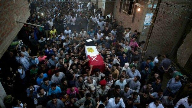 egypt funeral -  Dos años después del día en que el ejército derrocó al presidente islamista de Egipto, los sonidos procedentes de la mezquita en la plaza Tahrir de El Cairo eran tristemente reveladores.  En el punto focal de los levantamientos de Egipto, donde las autoridades esperaban organizar las celebraciones, hubo en su lugar una oración por los muertos de la semana, entre ellos soldados que habían caído víctimas de los extremistas en Sinaí y el fiscal jefe del país, asesinado mediante…