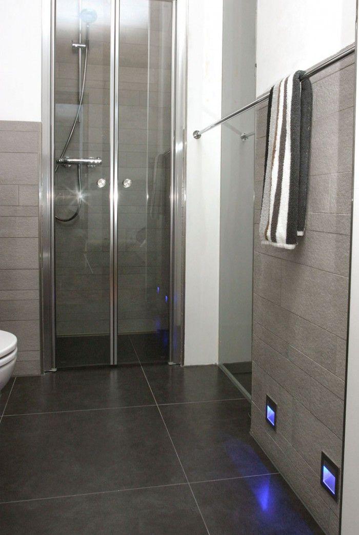 leuke wand. douche in compacte moderne badkamer. de gasten, Badkamer