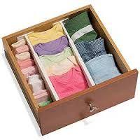 Uma boa forma de guardar diferentes tipos de peça de roupa numa mesma gaveta é utilizando divisórias. Assim, as peças não se misturam.