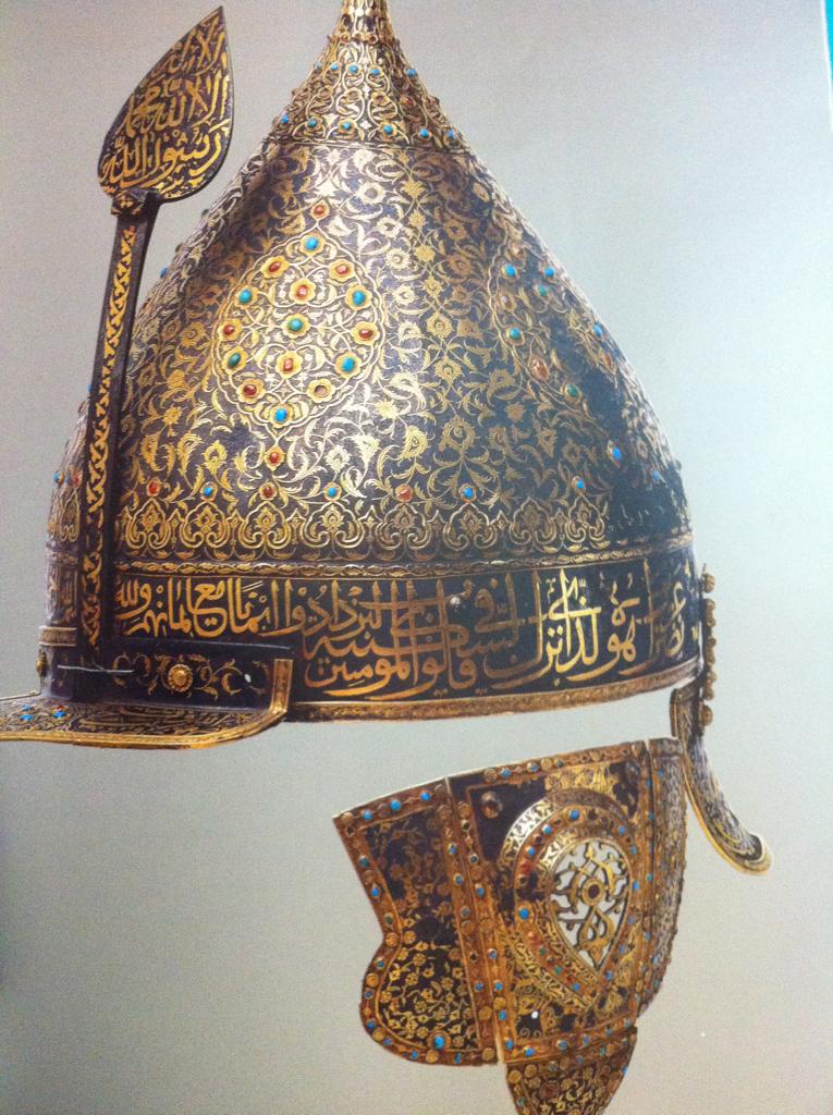 نقش على الخوذة الحديدية المطعمة بالذهب والمرصعة بأحجار الياقوت والفيروز بمقتطفات من القرآن المتعلقة بالسلطة والعدالة فيما كتبت عبارة Islamic Art Art Art Design