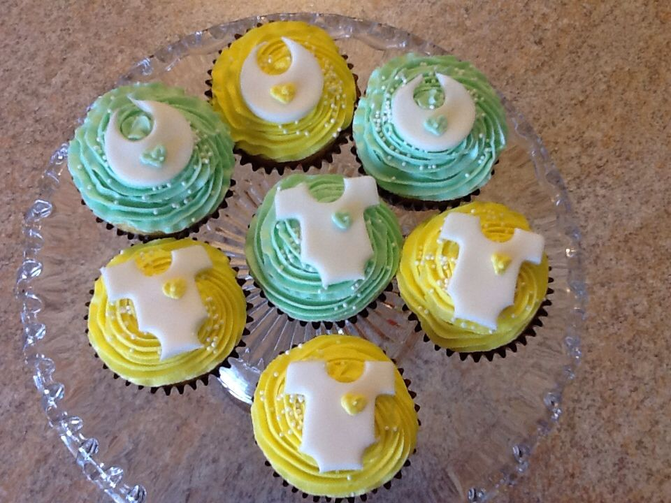 Gender Neutral Baby Shower Cupcakes With Fondant Onesies And Bibs With Icing Hearts Baby Shower Cakes Baby Shower Cupcakes Fondant Cupcakes