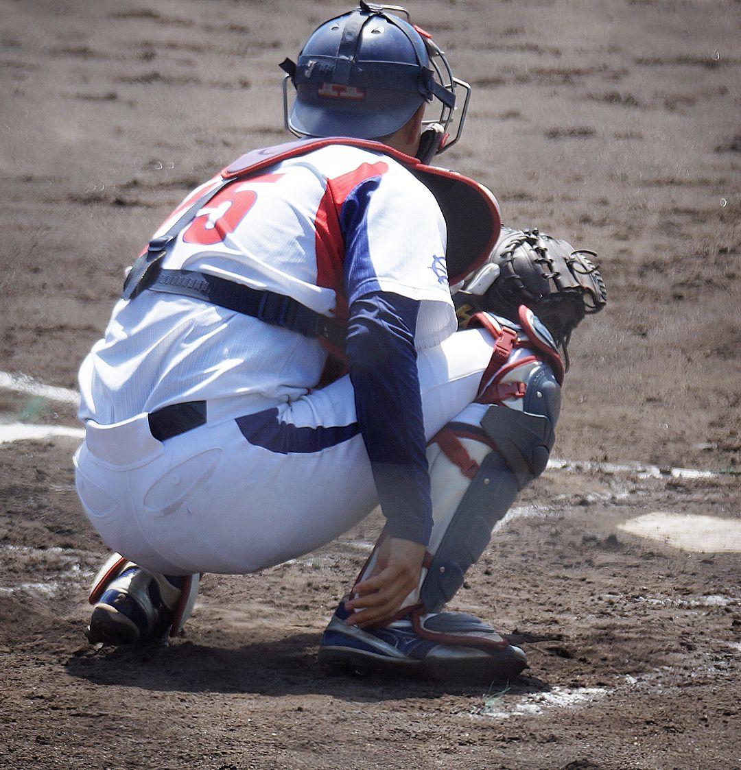 画像に含まれている可能性があるもの 1人以上 スポーツ 靴 屋外 野球 キャッチャー 捕手 野球
