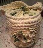 Simpatica borsa a forma di cestino foderata in cotone stampato con applicati fiori di stoffa e uncinetto.