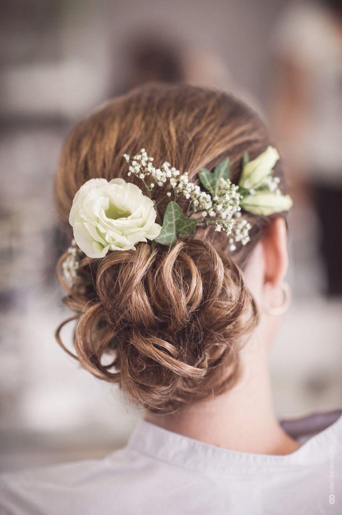 Chignon fleurs mariage romantique bas bohème   Chignon fleur, Coiffure mariage, Fleurs mariage
