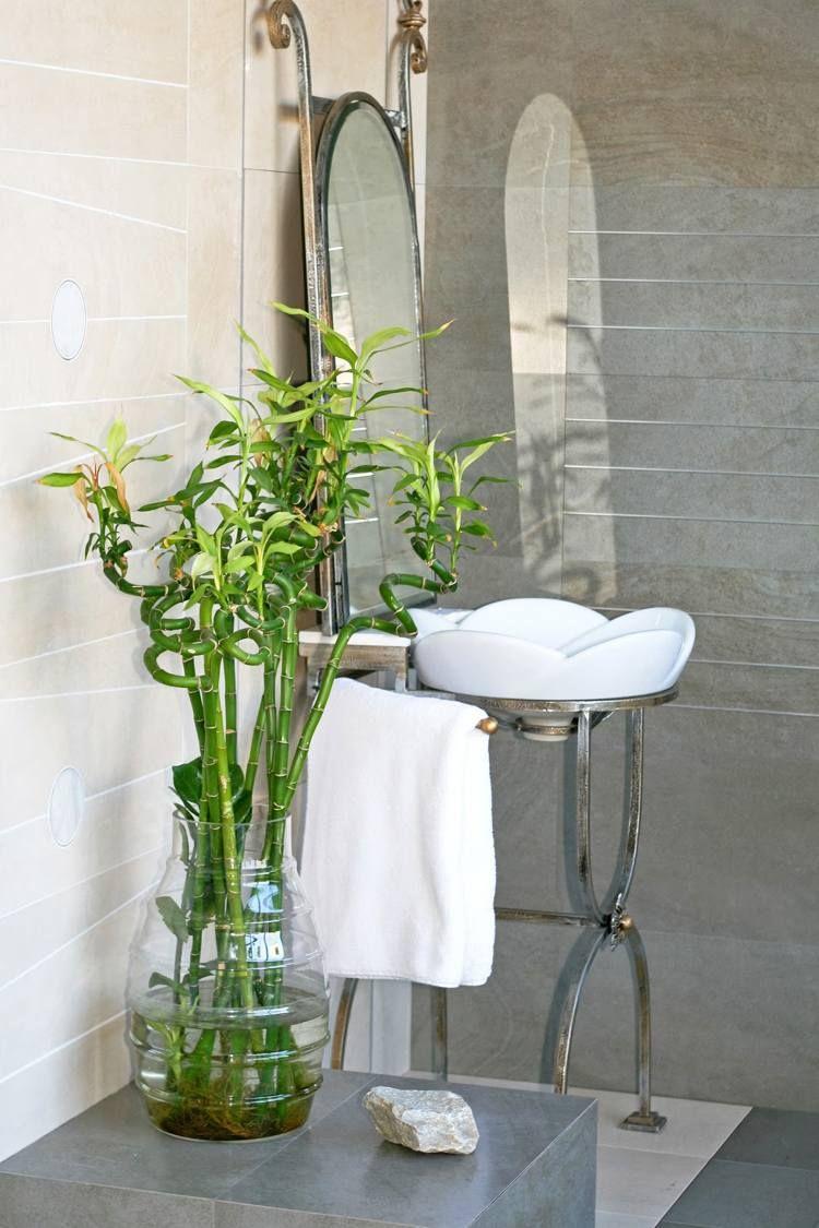 bambou en vase de verre en tant que décoration fraîche dans la salle de bains