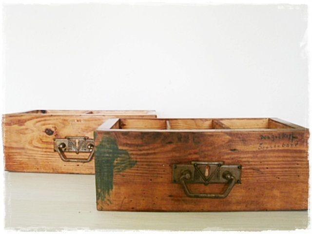 Zwei kleine, alte Unikate sind diese beiden Holzschubladen mit hübschen Metallbeschlägen und Einteilungen...perfekt um Stifte, Nähutensilien o.a. dari