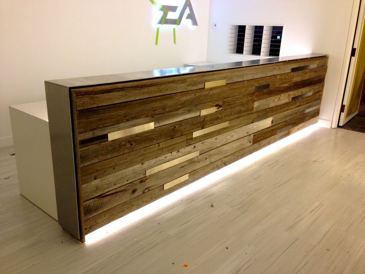 Reclaimed wood | reception desk | estudio | Pinterest