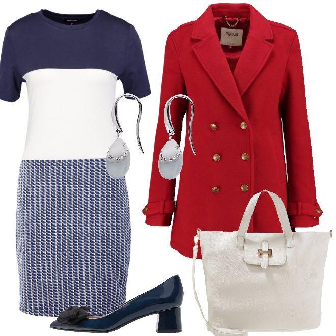 Il vestito in maglia a righe blu si abbina al cappotto rosso con i grandi  bottoni 024c9d9dad9
