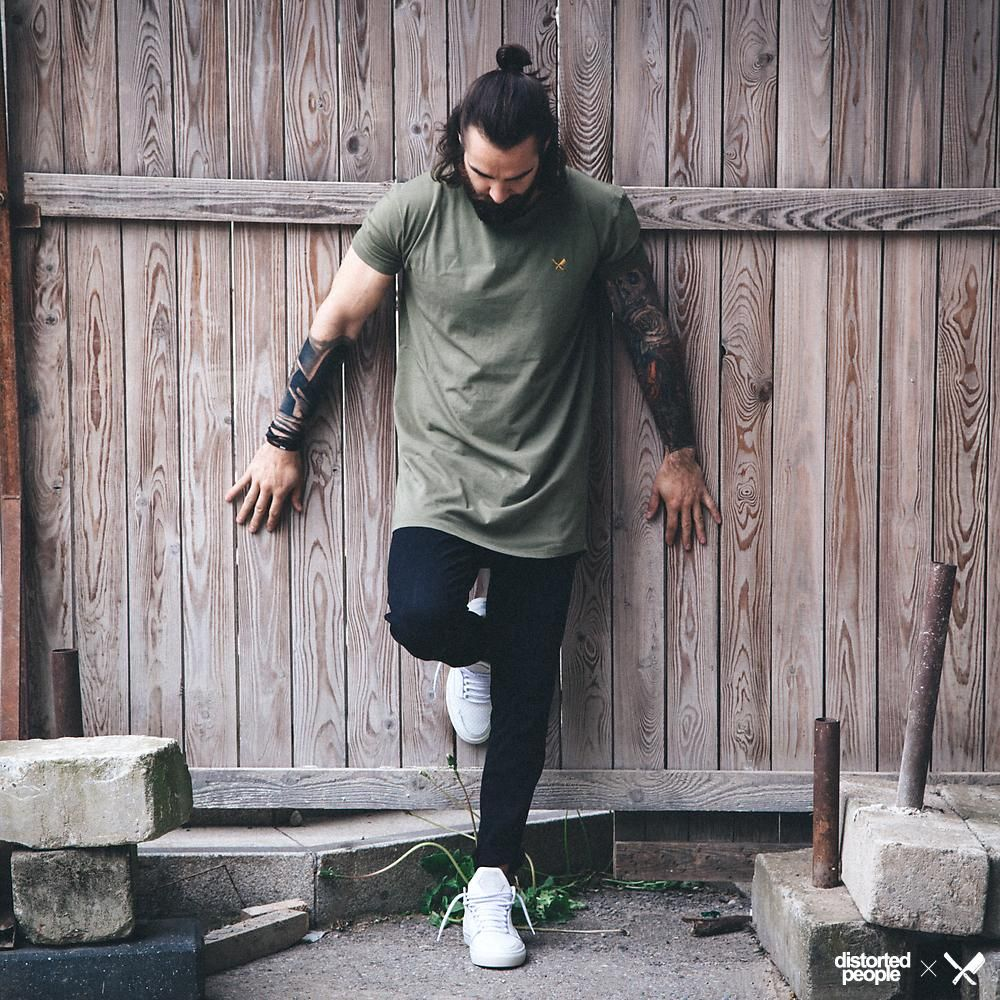Distorted People Streetstyle : Olive Green Cutted Grand Neck Tshirt ''Travis'', black Chino Pants ''Charles'', white premium sneaker ''Son of Blades''