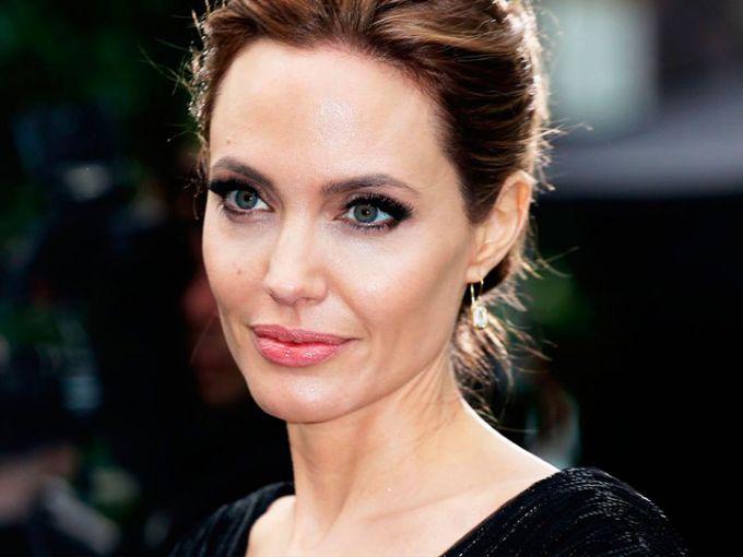 """Si hay algo que amamos de Angelina Jolie son sus espectaculares labios. ¡Son tan perfectos! Por eso, su maquillista nos reveló el secreto de la actriz.via GIPHY¡Dile adiós al delineador de labios y sustitúyelo por corrector! """"Matin"""", como se le conoce al make up artist de la..."""