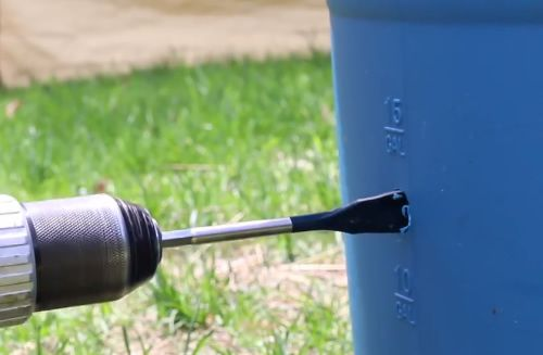 DIY Automatic Pig Waterer - This simple but effective way to provide water for your pigs takes less than 5 minutes to set up...#pigs #diy #homesteading