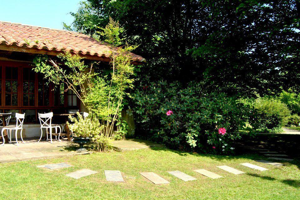 Jard n junto al cobertizo de la caba a pabell n un for Cabanas para jardin