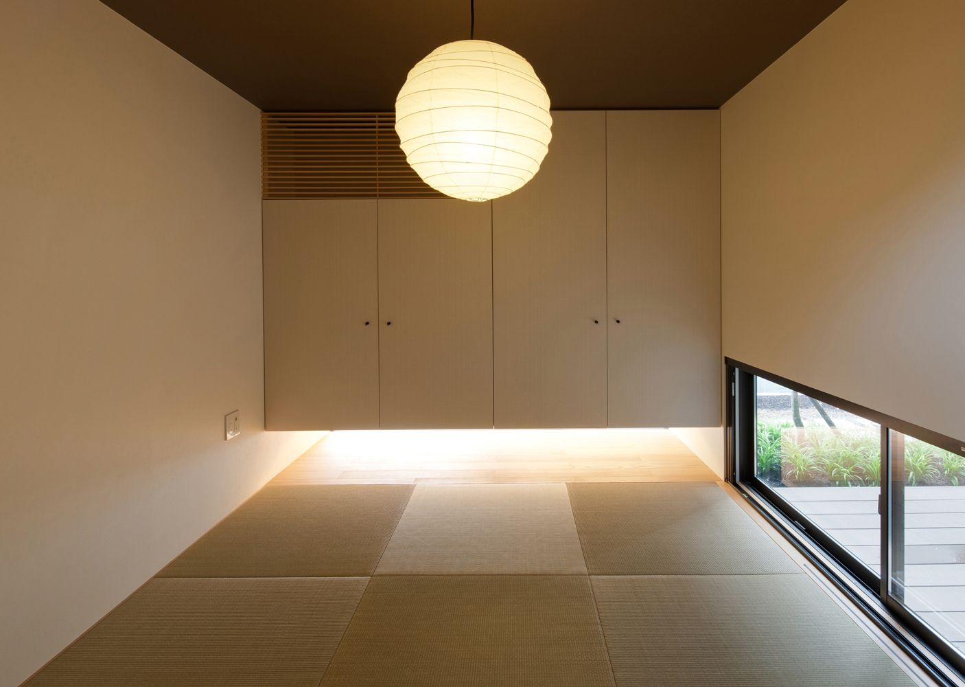 天井高を2100mmと低めにし 地窓が2つある癒やしの和室 和室 モダン 家 タタミルーム