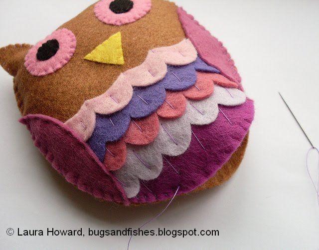 Como fazer uma coruja em feltro passo a passo. Veja todas as instruções com fotos e detalhes, incluindo os moldes de coruja! Não perca esse artesanato lindo.