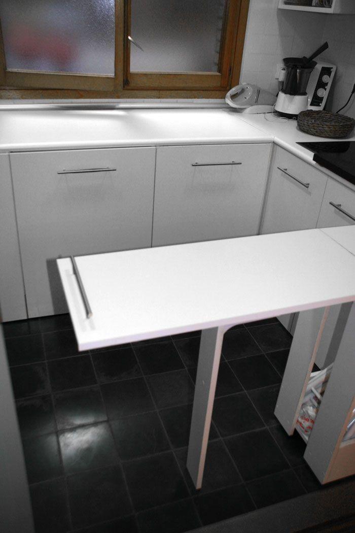 Mesa abatible cocina pequeña en tablero plastificado blanco. La mesa ...