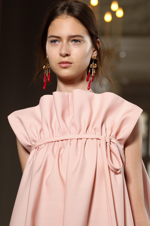Valentino Fall 2017 Couture Fashion Show | Diseños de moda, Alta ...