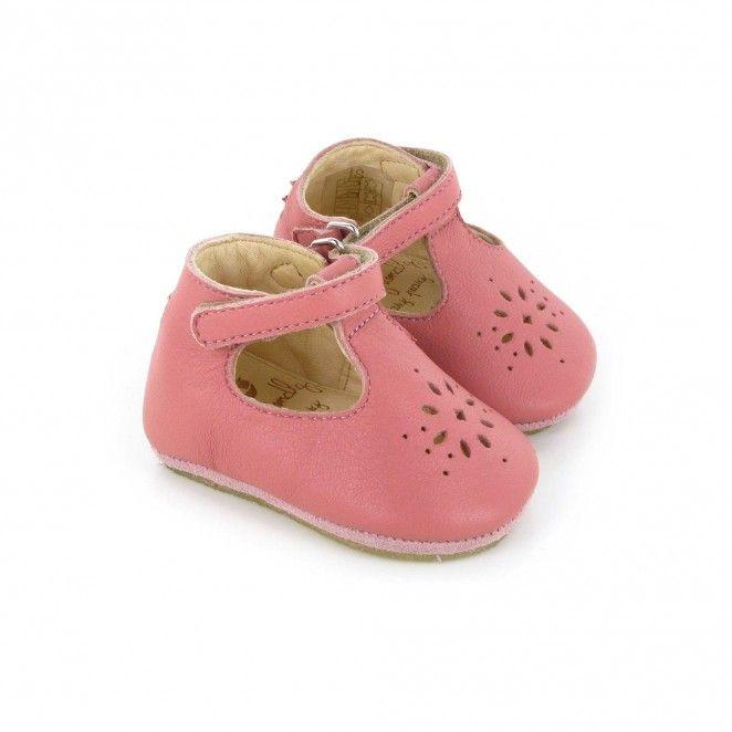 Des petits chaussons Lilly camel avec semelles anti-dérapantes en crêpe  pour les premiers pas. Les chaussons s'enfilent et se ferment facilement  grâce un ...