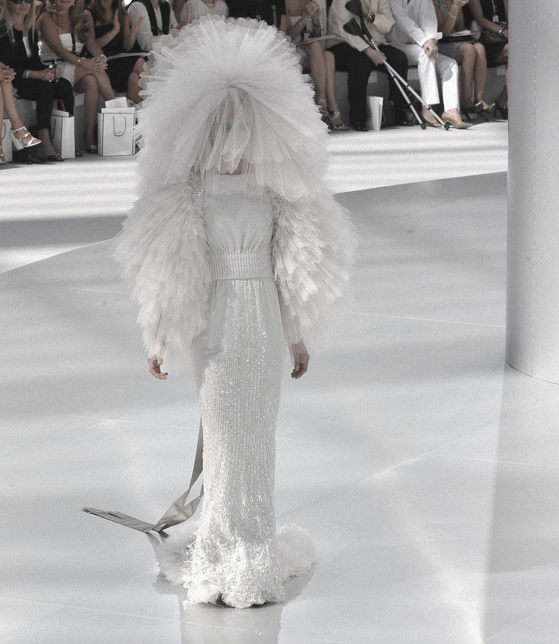Sasha pivovarova closing chanel haute couture autumn for Coco chanel wedding dress