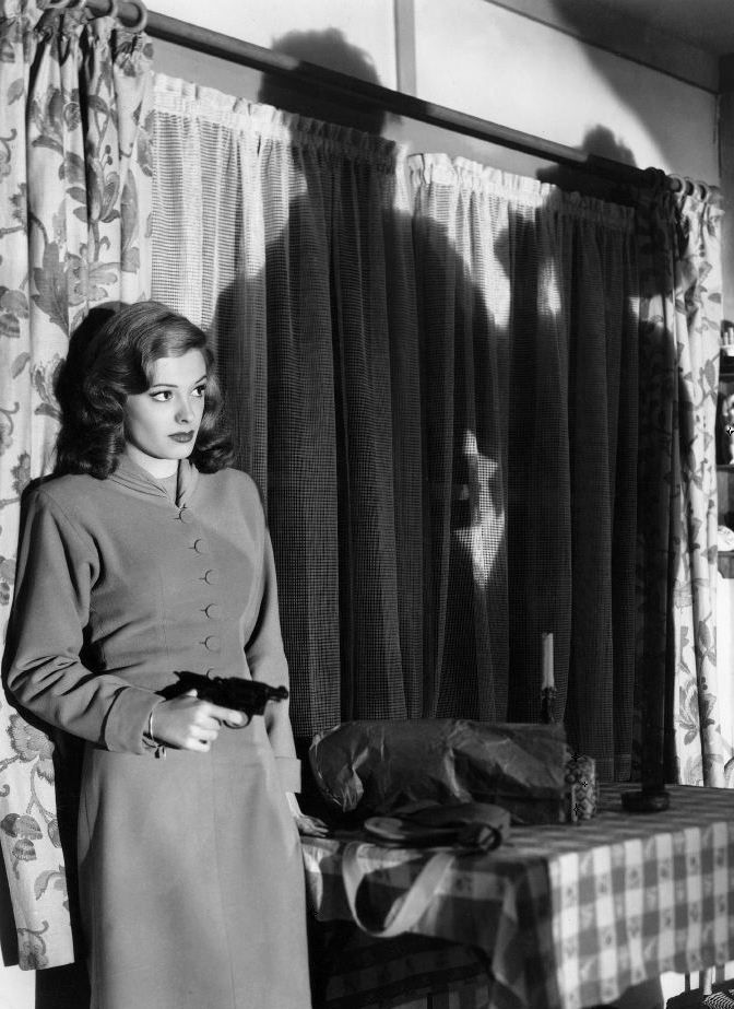Jane Greer in Out of the Past (1947, dir. Jacques Tourneur) Kathie Moffet is about to solve one of her proble… | Film noir photography, Film noir, Classic film noir