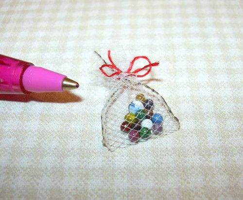 Miniature Jason Getzan 12 Marbles + Shooter in Bag DOLLHOUSE Miniatures 1/12