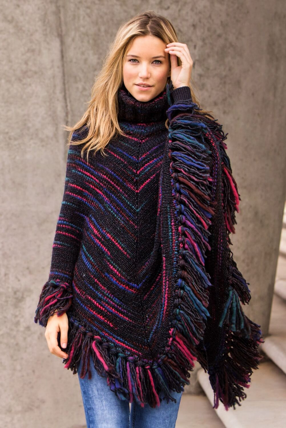 Photo of Knitted poncho with fringes – free knitting instructions