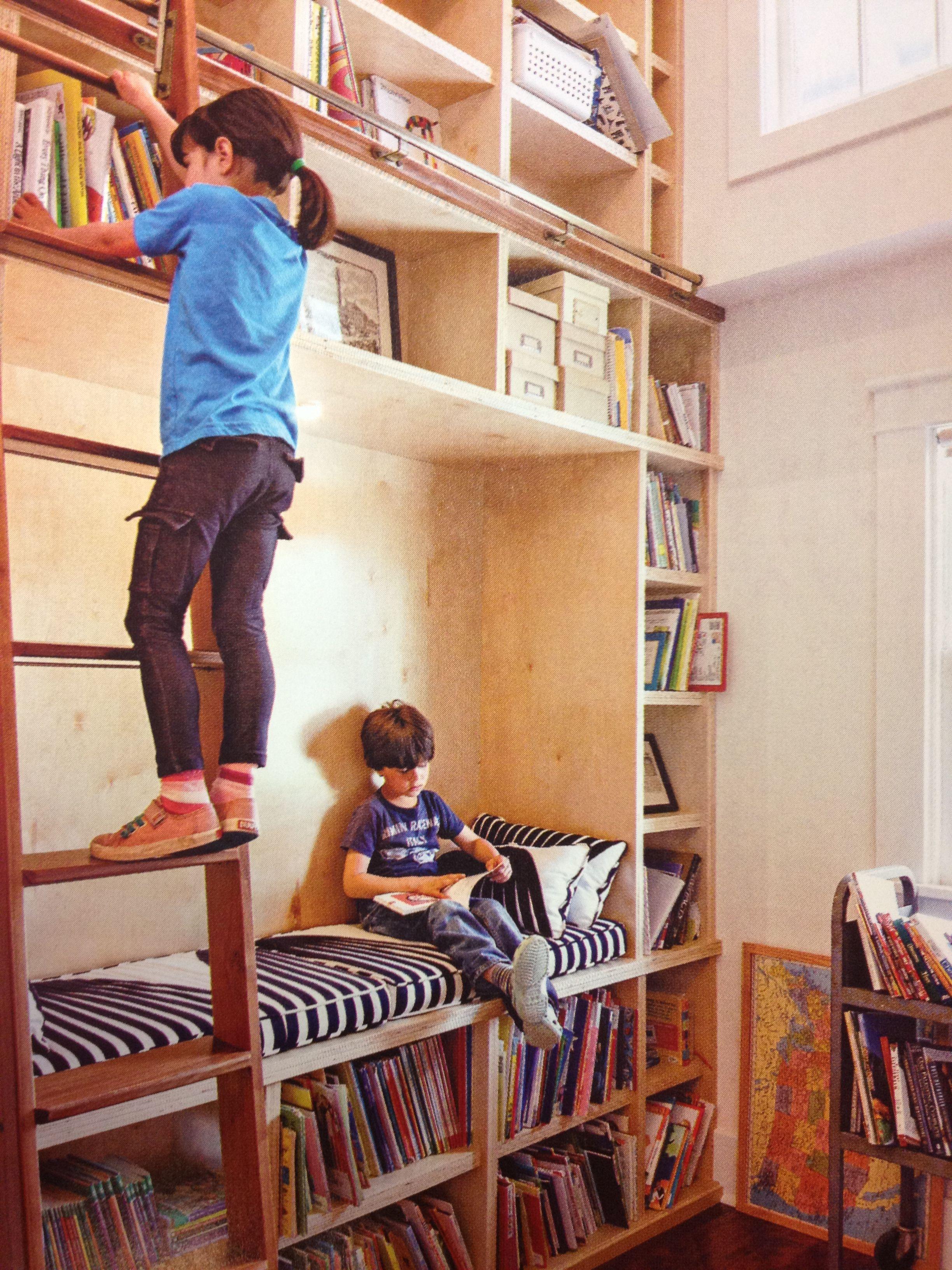 Un rincón de lectura completo con bibliotecas y una escalerilla para trepar.