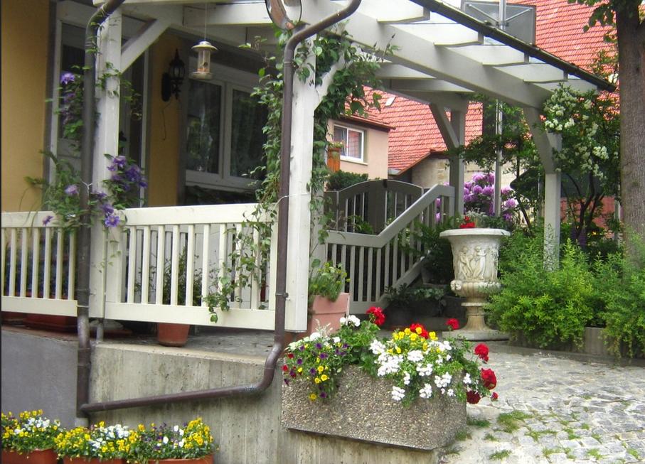 Haus kaufen kitzingen Haus mit schönen Blumen vor der