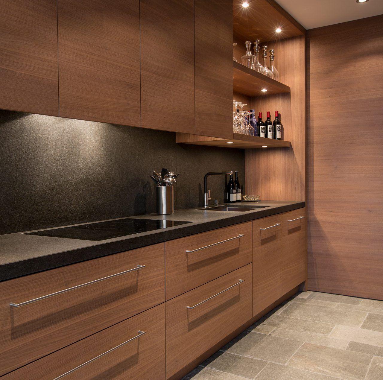 Küchenzeile aus Nero Assoluto, geflammt und gebürstet | Naturstein ...
