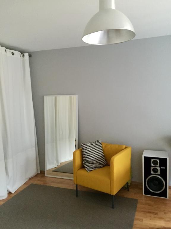 Einrichtungsdetails fürs WG-Zimmer Sessel in knalligem Gelb - schlafzimmer einrichten inspirationen