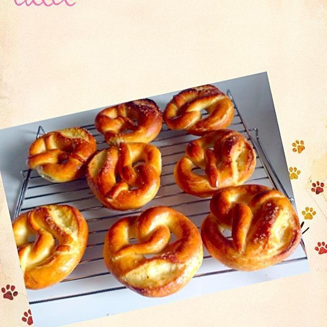 手の平サイズのプレッツェル おやつ感覚のパンです。 もっと黒しく焼ける予定だったんだけど…まぁいっかw(=^ェ^=) - 44件のもぐもぐ - グリーンレーズン酵母からのちびっ子プレッツェル by たいち