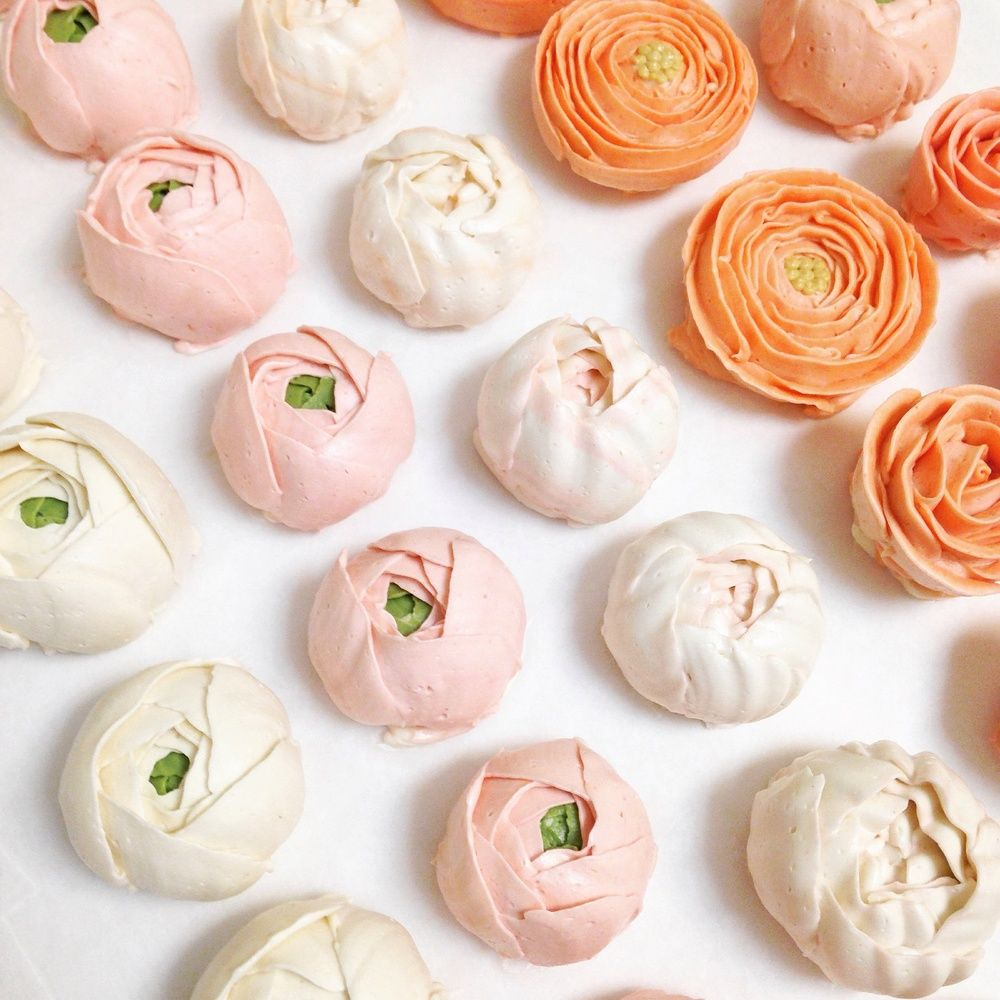 Pretty rows of buttercream flowers ready to be arranged on top of cakes!
