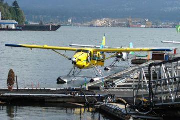 Subindo, subindo ainda mais! Veja a cidade de Vancouver e as belas montanhas ao redor diretamente do ar em um passeio de hidroavião!