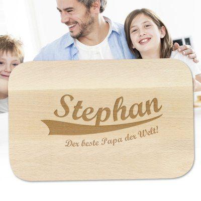Deine Papa ist großer Fan von Holzprodukten? Super, denn dieses Frühstücksbrett wird zum Vatertag ganz einfach mit seinem Namen personaliert! via: www.monsterzeug.de