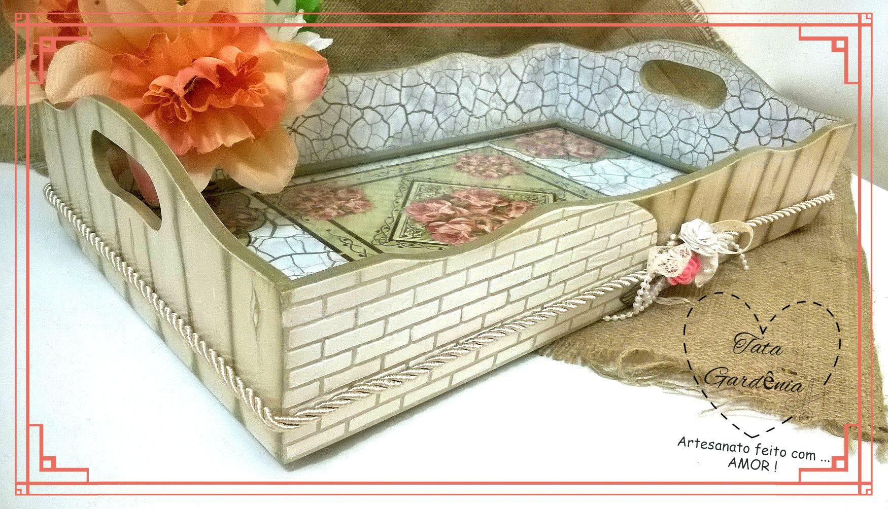 Bandeja em MDF com tampo de vidro confeccionada artesanalmente com técnicas de textura de tijolos, falso ripado, craquelado e decoupage floral