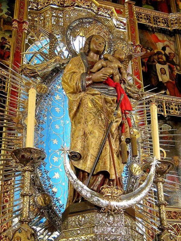 La Virgen De La Almudena Es La Patrona De Madrid Su Nombre Proviene Del árabe Al Mudayna La Ciudadela The Story Is That In 712 Catedral Criptas Catolico