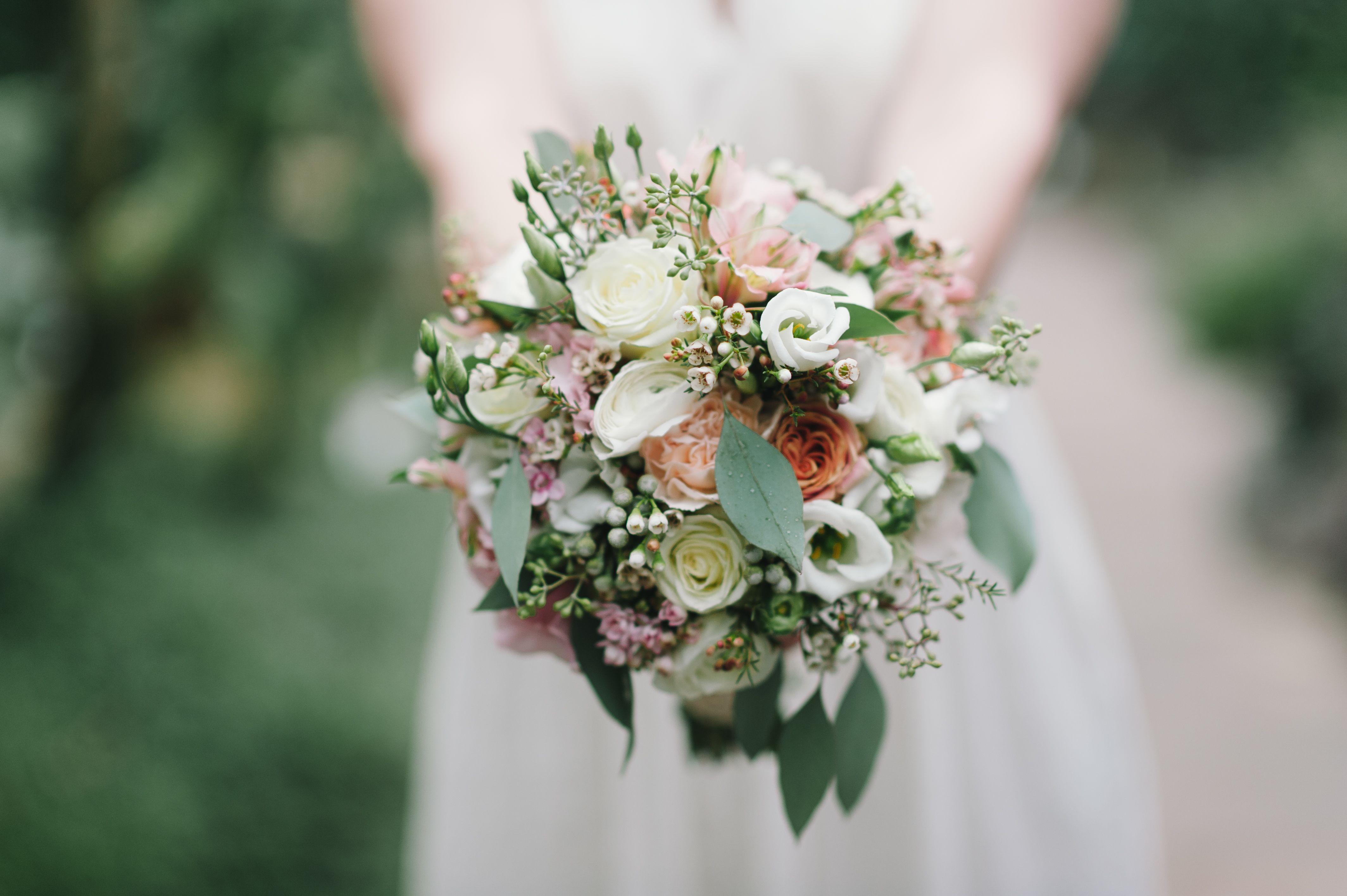 Romantik In Pastelltonen Ein Brautstrauss Mit Eucalyptus Und Sommerlichen Rosen Blumen Wildflo Blumenstrauss Hochzeit Brautstrauss Blumen Brautstrauss Vintage